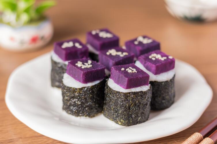 Суши с фиолетовым бататом смотрятся экзотично