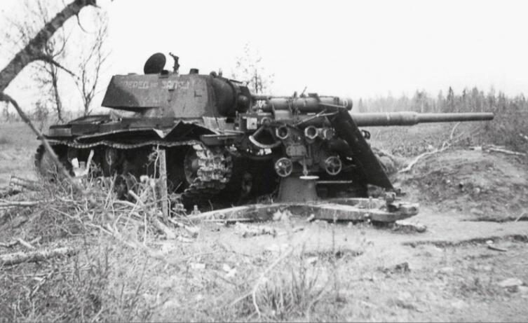 Подбитый советский огнеметный танк КВ-8, совершивший таран немецкого орудия FlaK 18