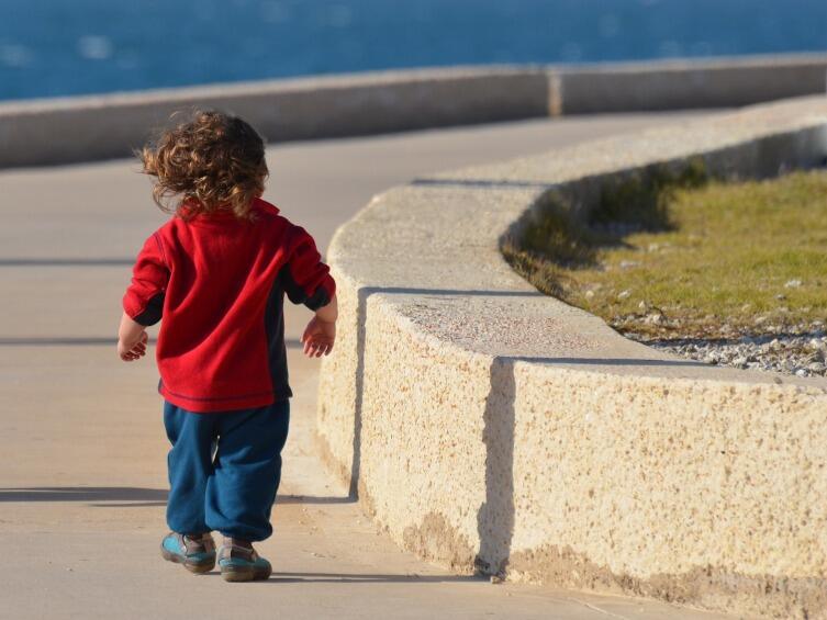 Если ребенок еще маленький и разговоры не помогут, купите браслет, который будет отслеживать местоположение ребенка