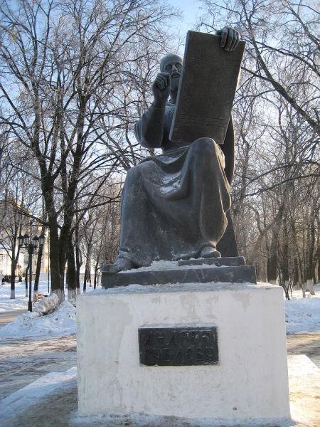 Во Владимире памятник Андрею Рублёву расположен перед входом в парк имени Пушкина. Это последняя работа скульптора Олега Комова