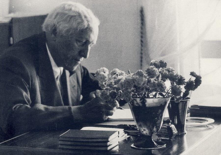 Карл Миллес за своим столом в имении Миллесгорден в Стокгольме, 1955 г.