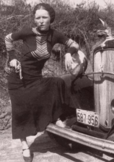 Бонни Паркер позирует с револьвером и сигарой, 1933 г.