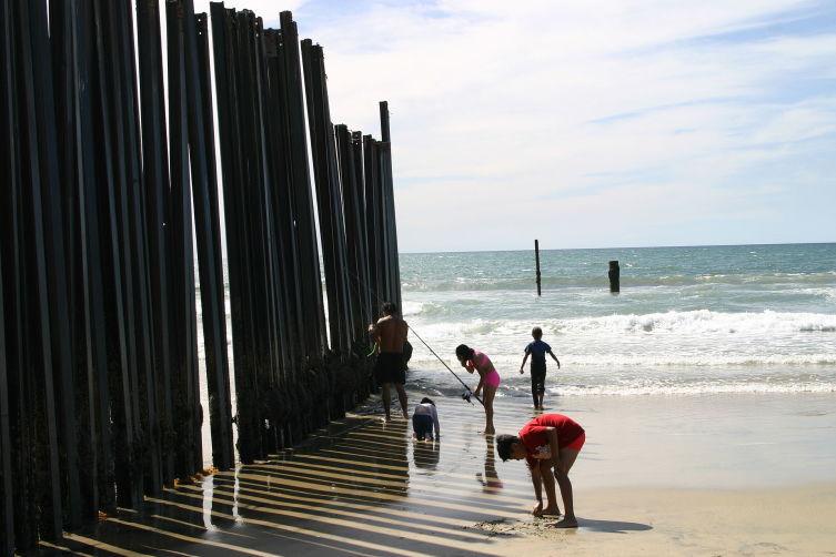 Нынешний забор на берегу Калифорнии позволяет нелегалам без труда проникнуть на территорию США