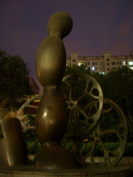 Роль корня лотоса в кулинарии и культуре Китая отражена в этом монументе в Ухане
