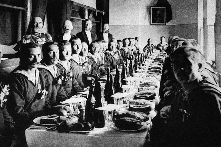 Русско-японская война, 1904 год. В Спасских казармах Москвы для героев-матросов с крейсера «Варяг» были накрыты столы