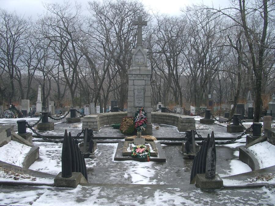 Захоронение нижних чинов крейсера «Варяг» на Морском кладбище Владивостока