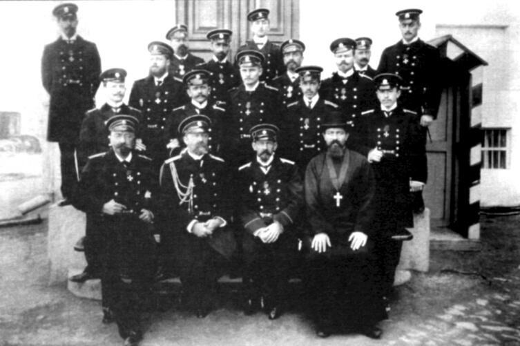 Офицеры крейсера «Варяг». (В первом ряду второй слева - командир корабля капитан первого ранга, флигель-адъютант В. Ф. Руднев; крайний справа - судовой священник иеромонах Михаил (Руднев)