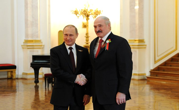 Президент России Владимир Путин c георгиевской ленточкой и президент Белоруссии Александр Лукашенко с двумя ленточками, 8 мая 2015 года