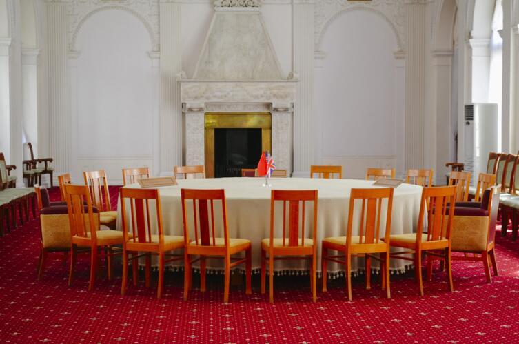 Переговоры за круглым столом создают особую атмосферность