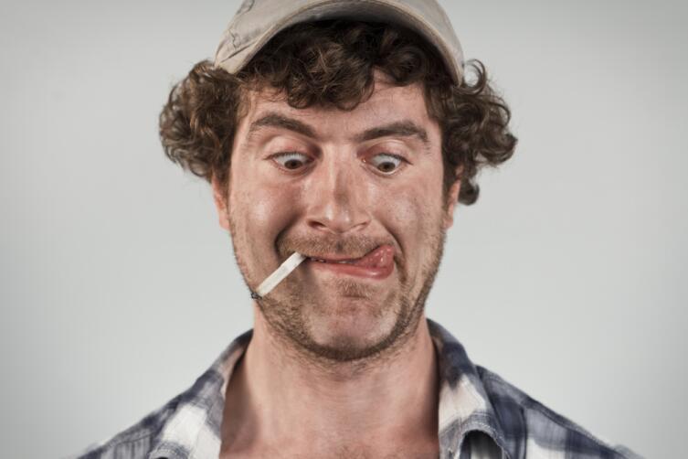 Часто у человека, говорящего неправду, внезапно появляется сухость губ