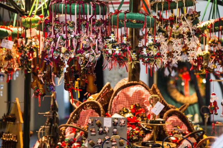Купите сувенир, который можно купить только в этом месте, ширпотреб можно приобрести и дома