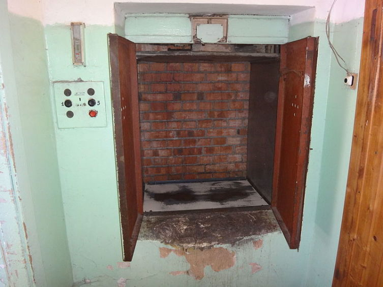 Грузовой малый лифт (подъём и спуск людей запрещён)