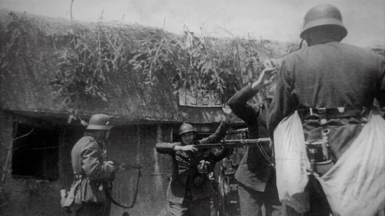 Французские солдаты сдаются в плен у ДОТа линии Мажино
