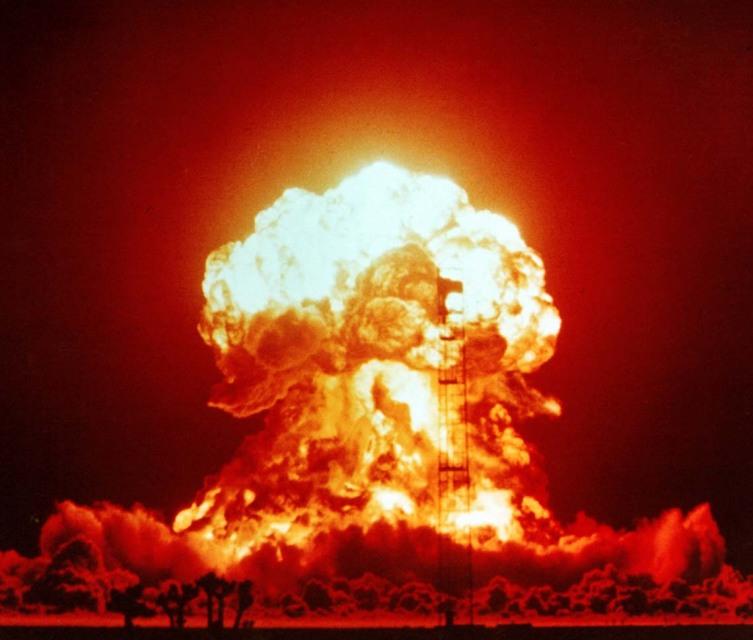 Взрыв однофазной ядерной бомбы мощностью 23 кт. Полигон в Неваде, 1953 год