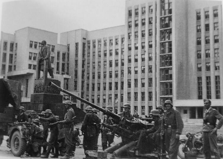 Расчет немецкой 37-мм зенитки перед Домом Правительства в оккупированном Минске