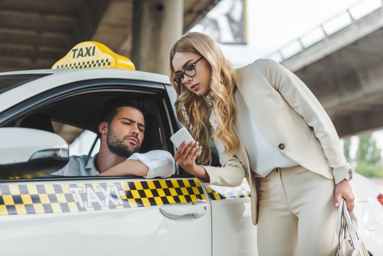 Чтобы не попасть в «золотое такси», читайте табличку на машине с тарифами