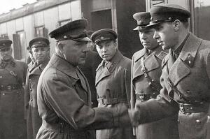 За голову неутомимого подрывника итальянские и испанские фашисты установили огромную награду. Но раз за разом под откос летели эшелоны.