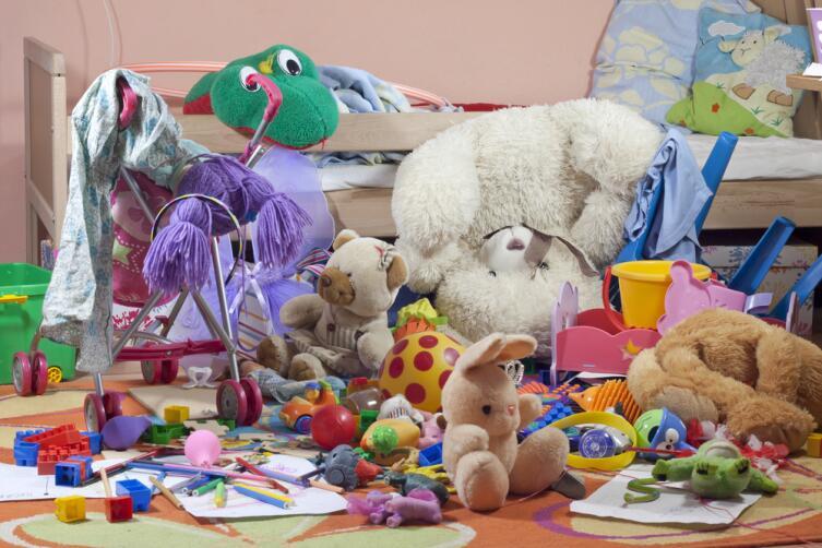 Если игрушек очень много, их действительно сложно убрать