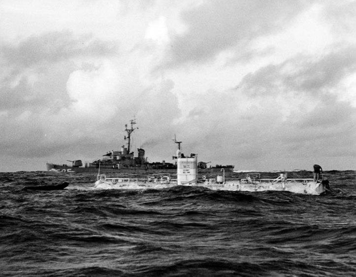«Триест» и корабль сопровождения ВМС США эскортный миноносец Lewis, 23 января 1960 г.