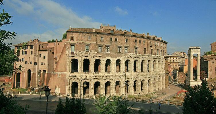 Иногда случается, что старинные развалины используют в современной жизни. Театр Масимиллиано в Риме