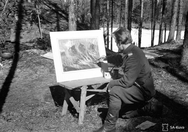 Сержант Саркама в минуты досуга практикуется в искусстве. Рукайярви, май 1942г.
