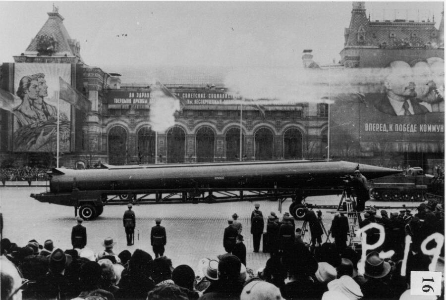 Советская баллистическая ракета средней дальности (SS-4 в документах США, R-12 в советских документах) на Красной площади, Москва
