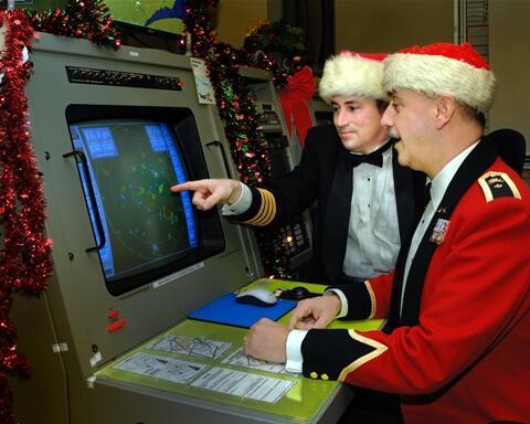 С 1955 г. NORAD следит еще и за перемещениями саней Санта-Клауса, о чём сообщает на специальном сайте и по телефону горячей линии NORAD Tracks Santa