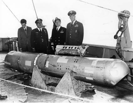 Термоядерная бомба B28RI, поднятая с глубины 869 метров, на палубе USS Petrel