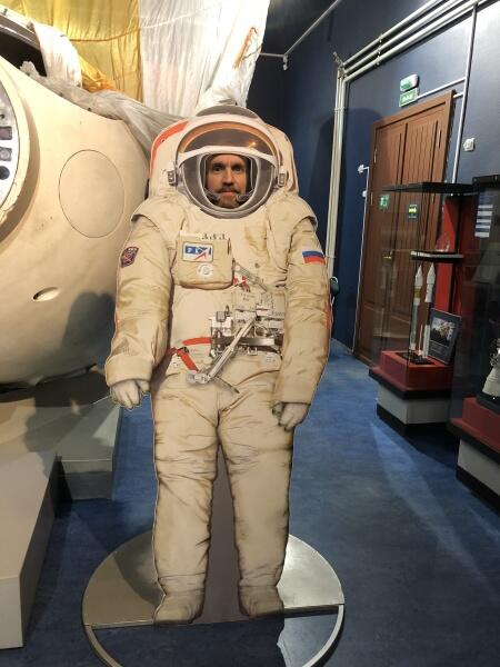 Том в скафандре космонавта