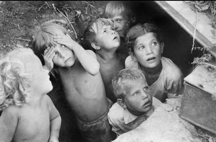 Дети прячутся от бомбежки, 1941г.