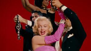 Знаменитые кинонаряды. Как Мэрилин Монро шокировала публику розовым цветом и прозрачными платьями?