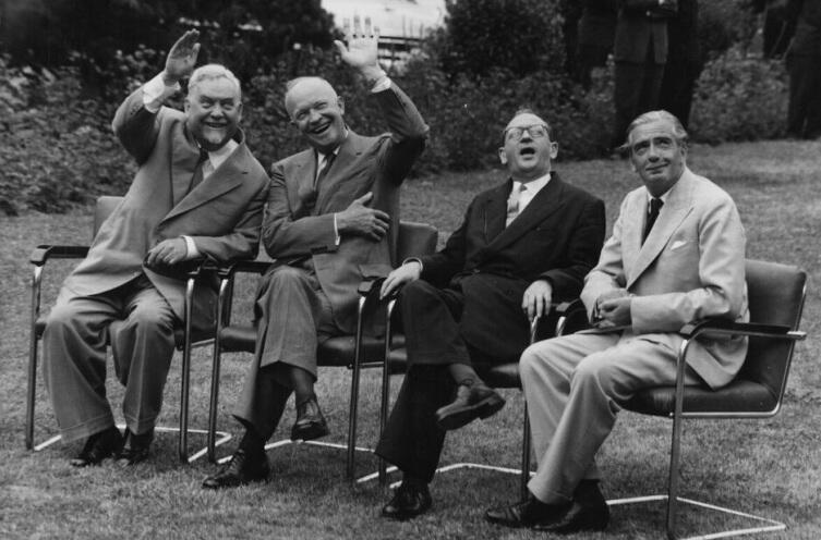 Советский лидер Николай Александрович Булганин, президент США Дуайт Д. Эйзенхауэр, премьер-министр Франции Эдгар Фор и премьер-министр Великобритании сэр Энтони Иден на переговорах в Женеве, июль 1955 год