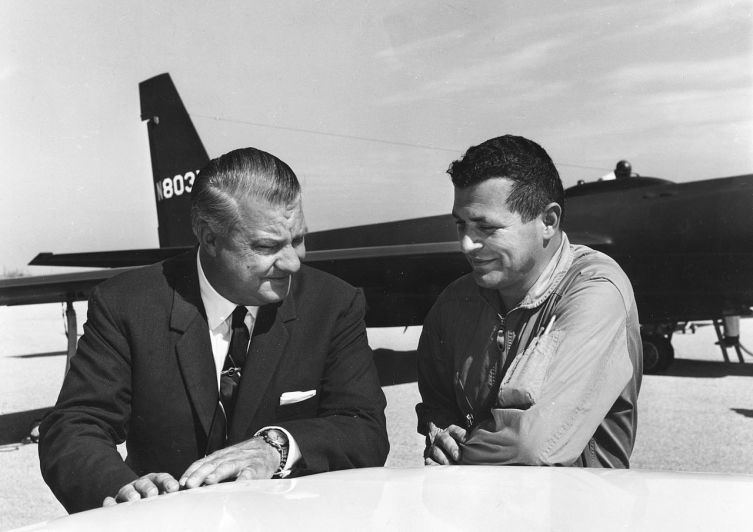 Конструктор самолета U-2 Кларенс Джонсон и Г. Пауэрс на фоне U-2, снимок 1966 года