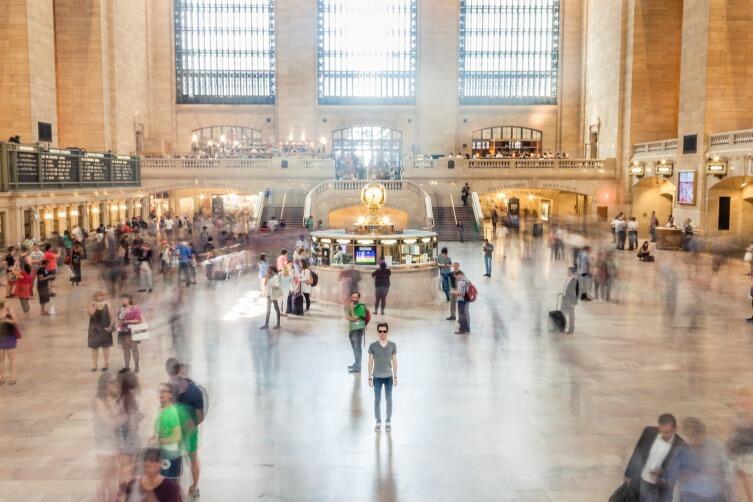 Мошенники часто подходят в людных местах - на вокзалах, в метро