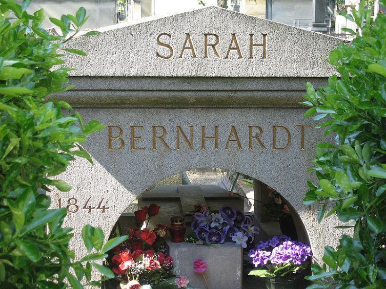 Могила Сары Бернар на кладбище Пер-Лашез