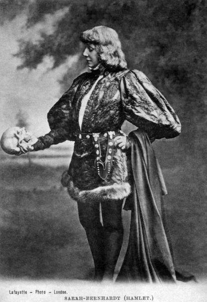 Сара Бернар в роли Гамлета, держащего в руках череп Йорика, начало 1880-х гг.