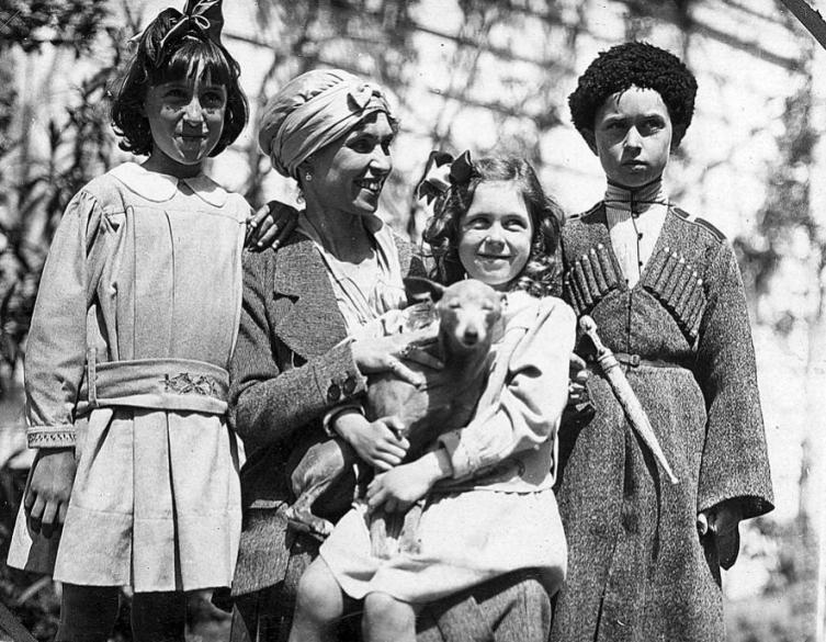Баронесса Врангель с детьми в Турции