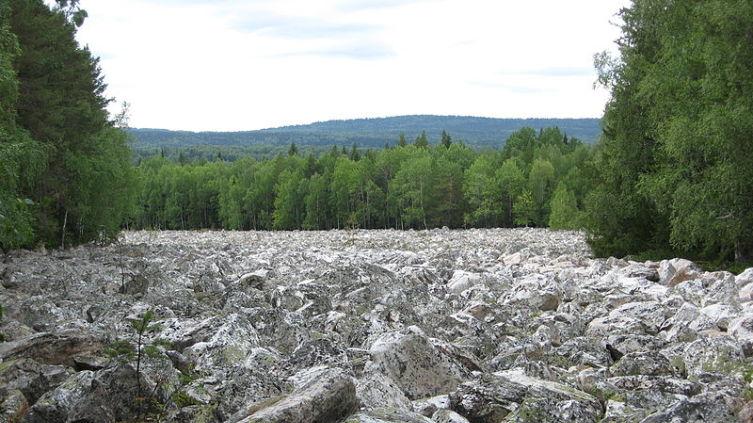 Каменная река на Урале (между хребтами Большой Таганай и Средний Таганай)