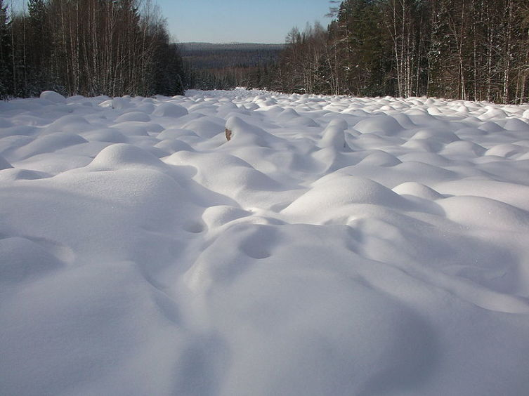 Курумник зимой под снегом на Урале (хр. Таганай)