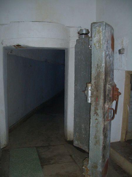 Потайная дверь в бункере