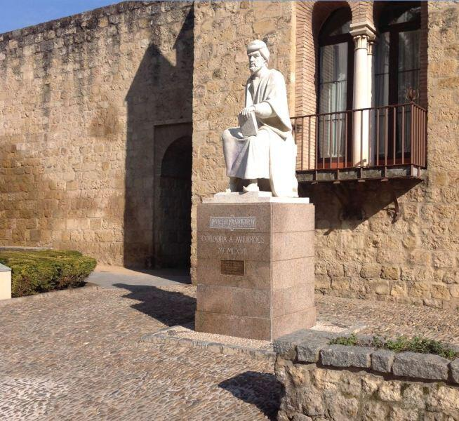 Памятник Ибн Рушду, (Аверро́эсу) у крепостной стены