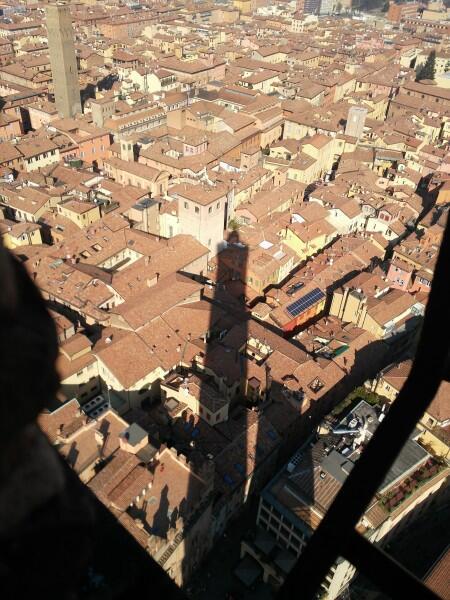 Вид города с вершины башни Азинелли. Да, Болонья— красный город