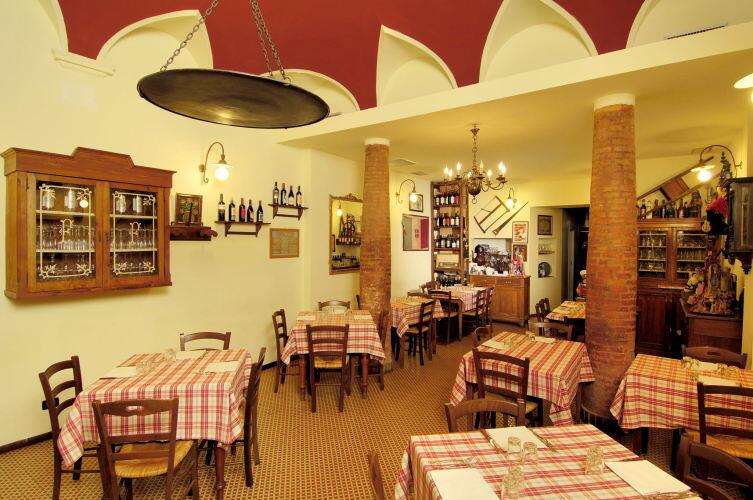 Траттория «Giampi e Ciccio». Домашняя еда и вино на столах, имитация старого итальянского дома на стенах