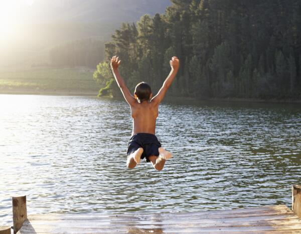 Почему холодно купаться в воде комнатной температуры?
