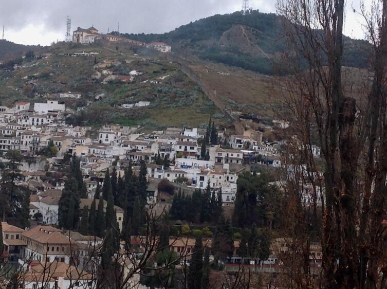 Вид на холм Альбайсан из Альгамбры
