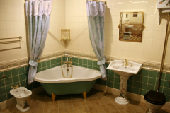 Если ванная очень маленькая, можно попробовать ее расширить за счет кухни или коридора. Но для этого придется ломать стену, и здесь нужен настоящий специалист, а то вы рискуете мыться на глазах мирно обедающих домочадцев.