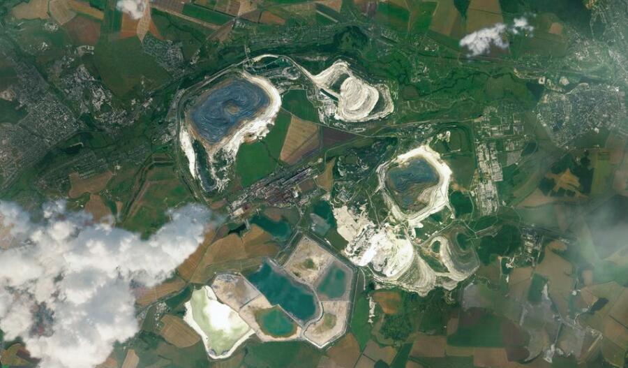 Карьеры по добыче железной руды между Губкином (слева) и Старым Осколом (справа)