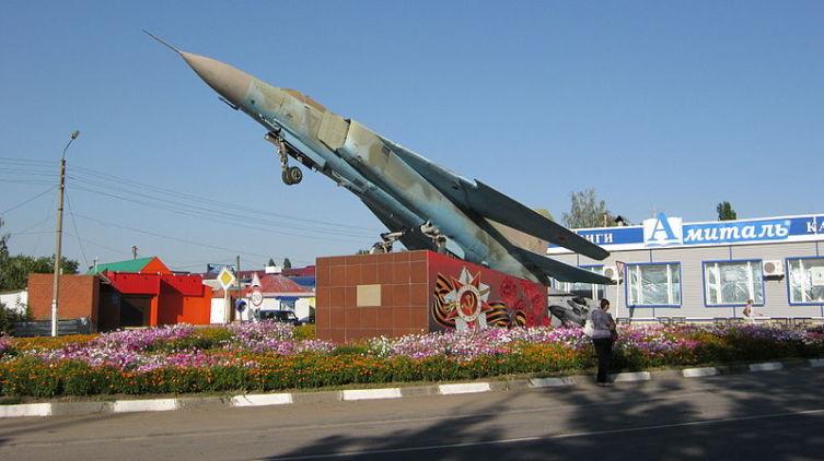 Самолет-памятник в Задонске