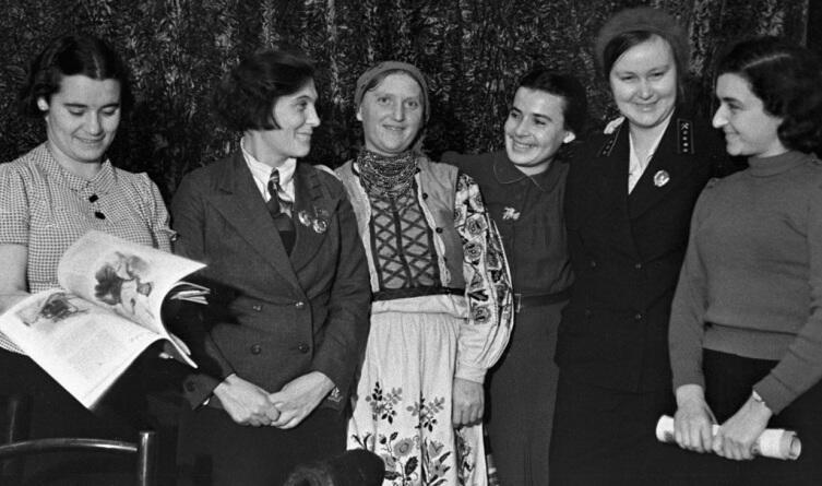 Знатная трактористка Паша Ангелина (вторая слева) в перерыве совещания в ЦК ВЛКСМ, фото Ивана Шагина, 14 июля 1936 г.