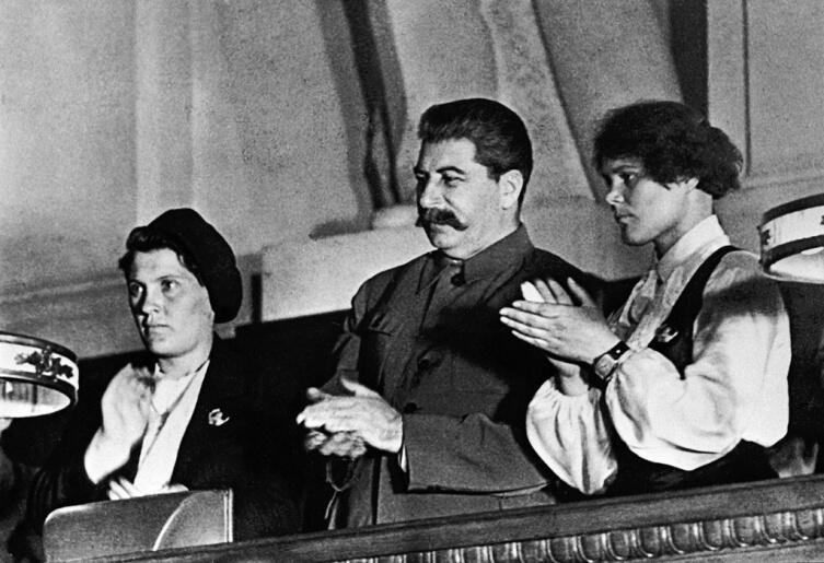 Ангелина (слева) и Демченко со Сталиным на X съезде ВЛКСМ, 1936 г.